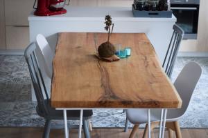 Stůl z jednoho kusu dubu ve svém domově