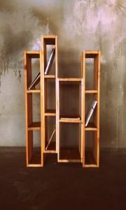 Knihovna z recyklovaného dřeva