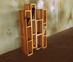 Knihovna z použitého dřeva