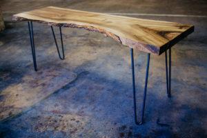 Pracovní stůl z jednoho kusu ořechu