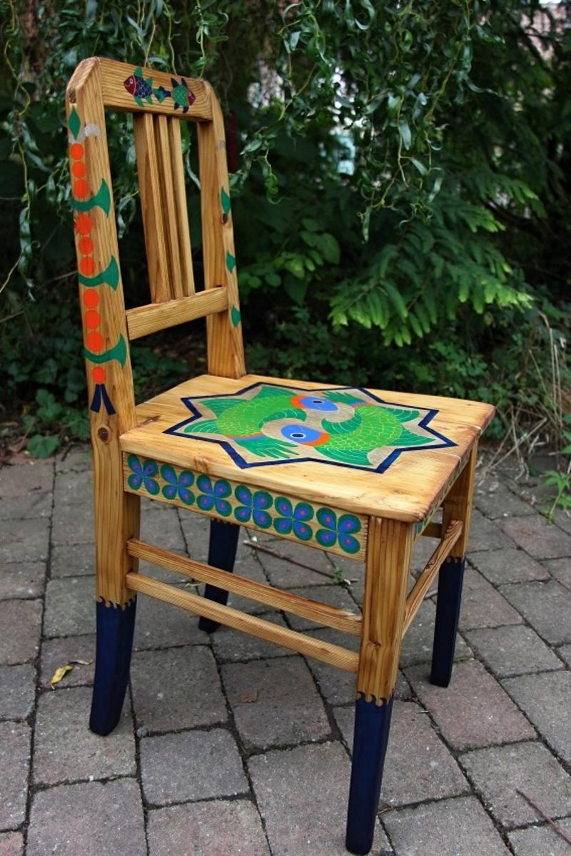 Stoletá jídelní židle s malbou Evy Francové